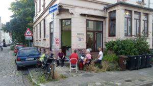 Bild von einigen Aktiven bei einem der ersten Treffen vor dem Laden