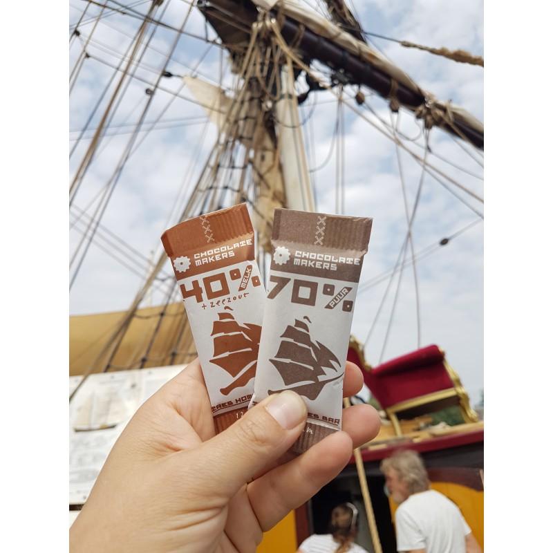 Mini-Schokoladen aus Amsterdam vor Segelschiff